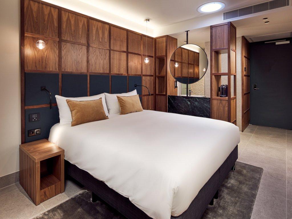 Queen & People – Met 2 personen in één bed – Inside